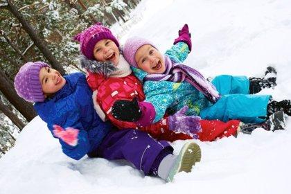Jugando en la nieve con niños