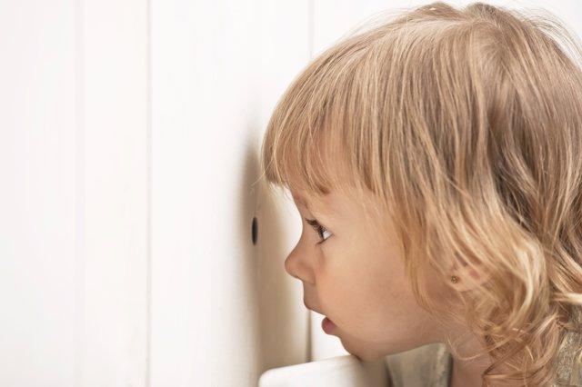 Curiosidad, preguntas de los niños sobre su cuerpo, niño mirando por puerta
