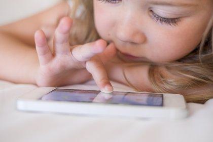 Los riesgos de calmar a los niños con el smartphone