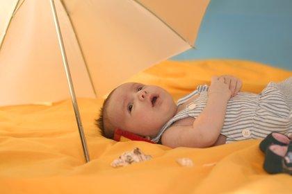 10 consejos para aliviar el calor de tu bebé