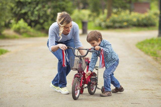 Consejos para enseñar a un niño a montar en bici