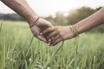 Pasear de la mano con la pareja tiene grandes beneficios a nivel emocional