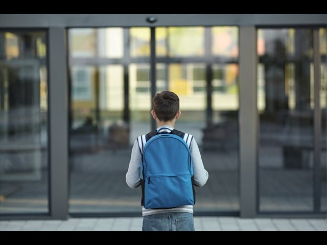 Más del 80% de los niños llevan una carga excesiva en sus mochilas