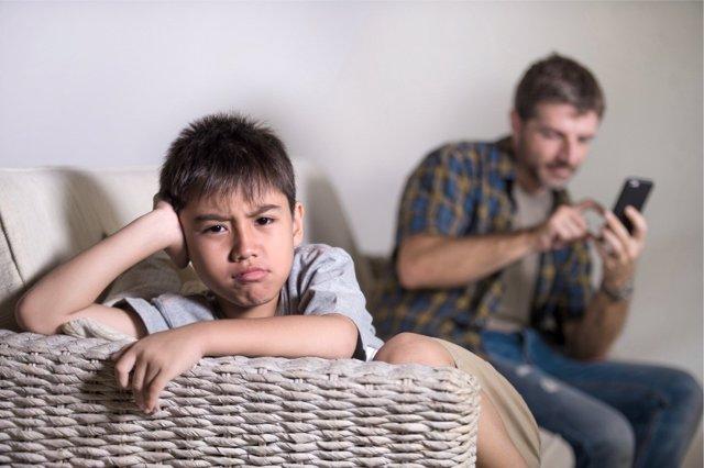 Casi la mitad de los padres españoles se considera adicto a las nuevas tecnologías.