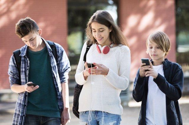 Antes de los trece años es un error dar un móvil a los niños