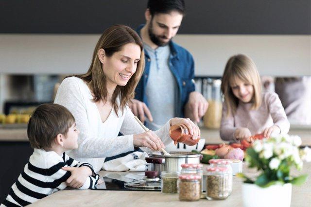 Las comidas en familia ayudan a prevenir la obesidad infantil.