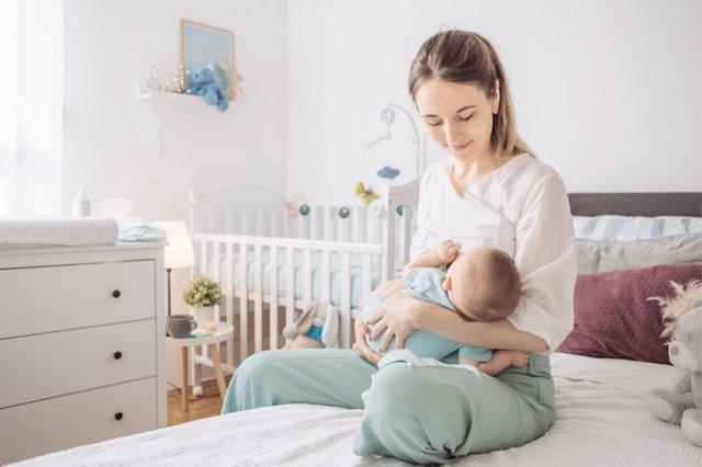 La ausencia de estabilidad laboral y una economía débil se esconden detrás del descenso de la maternidad