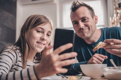 Casi la mitad de los padres reconoce tener menos conocimientos digitales que sus hijos