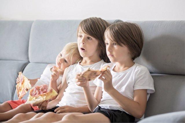 La televisión una de las causantes de la obesidad infantil.