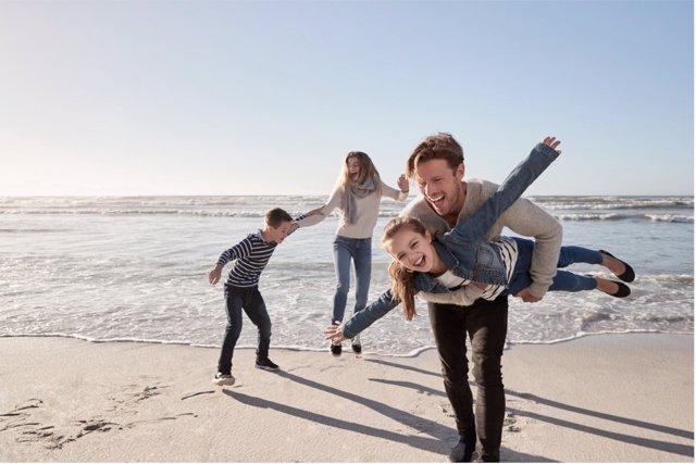 El juego en familia es una actividad que muchos padres quisieran practicar más a menudo con sus hijos.