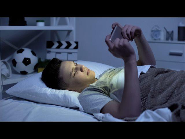 Más de la mitad de los padres cree que el móvil interfiere con el sueño de sus hijos