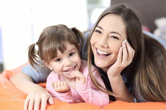 La risa es una de las mejores terapias para vivir en familia.