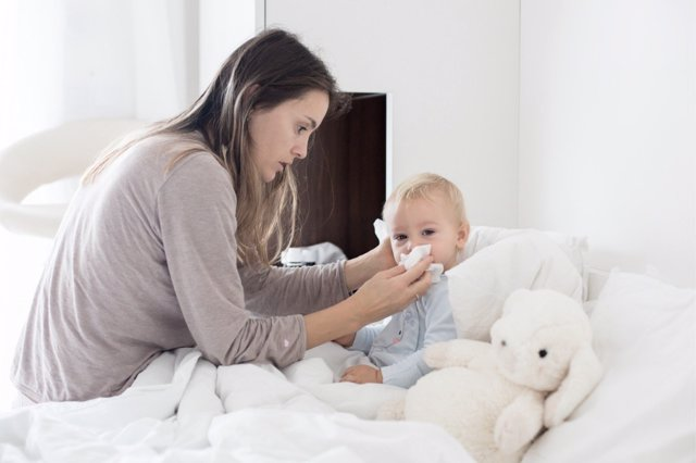 Toda la familia debe velar por proteger a los pequeños ante la amenazada de gripe.