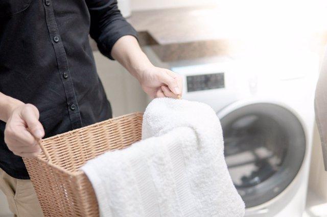 Trucos para desinfectar la ropa que vuelve a casa