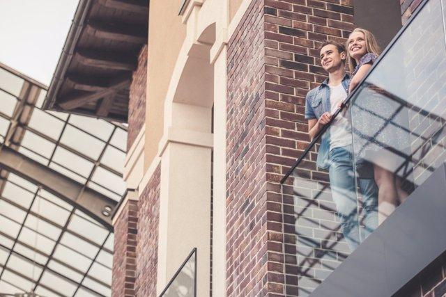 Salir al balcón es una buena forma de socializar y mitigar la ansiedad durante el confinamiento en casa