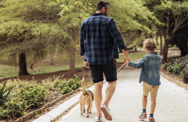 Salir de paseo tiene múltiples beneficios saludables para los niños