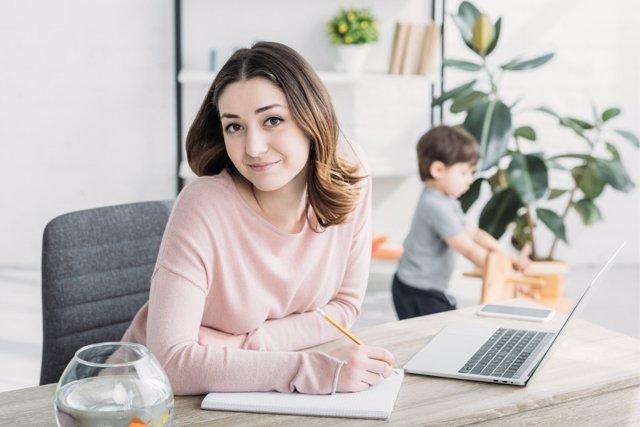 El tiempo en casa y el teletrabjo dispara el nivel de estrés en las familias de España.