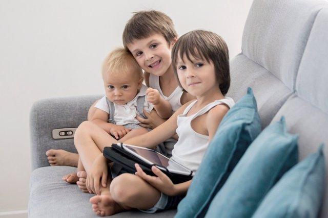 El riesgo de convertir a las pantallas en niñera para los niños