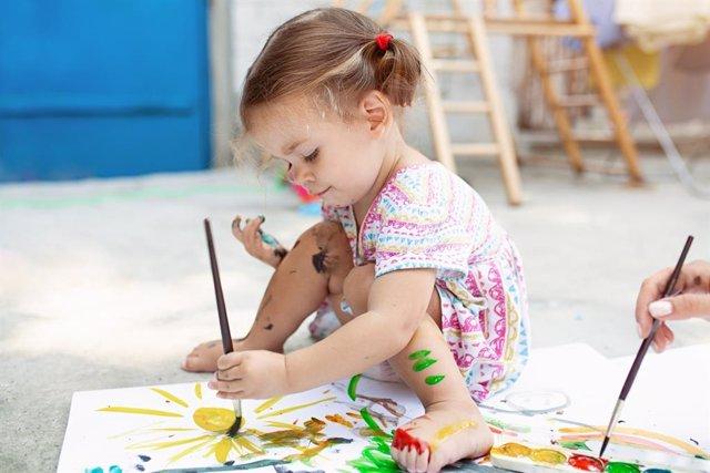 De los 2 a los 4 años, con los garabatos, los niños empiezan a esbozar sus primeros dibujos