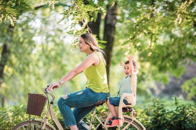 Cómo seguir montando en bicicleta cuando tiens niños