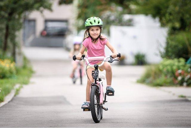 A partir de los 2 años, los niños pueden aprender a montar en bicileta
