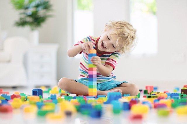 El juego es una buena herramienta para mejorar la atención de los niños.