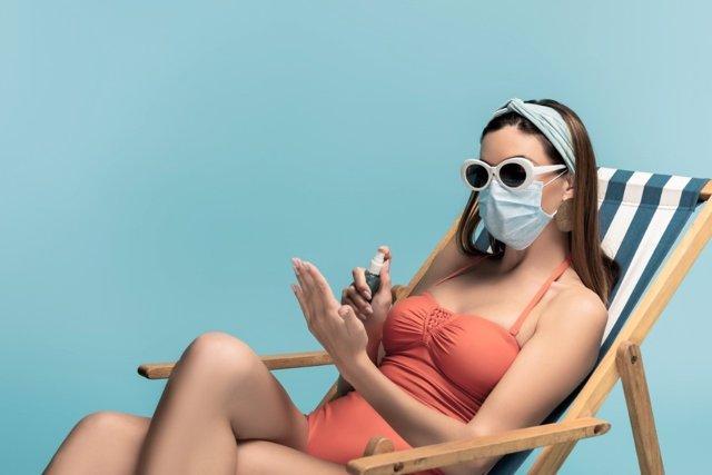 El uso generalizado de la mascarilla en playas y piscinas