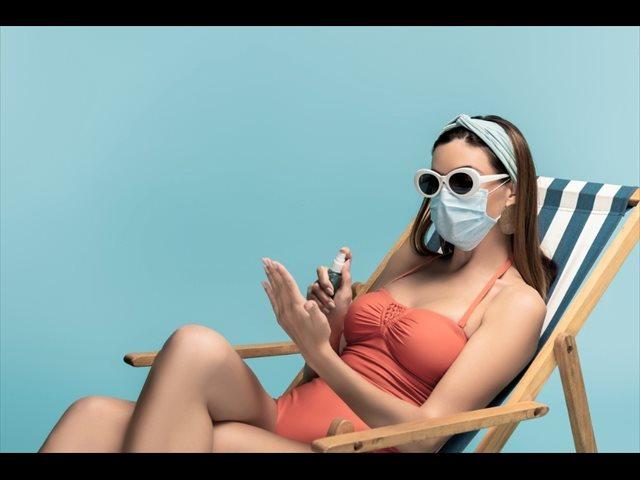 En bañador y con mascarilla: uso generalizado en playas y piscinas