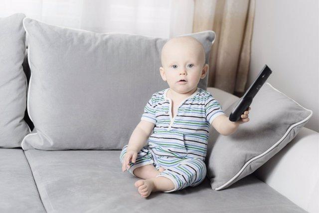 Descubren un vínculo entre el consumo de televisión y el desarrollo cognitivo de los bebés.