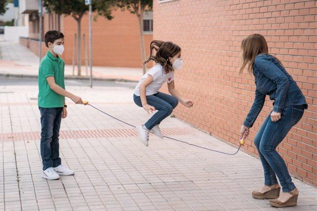 El juego que implica actividad física cuenta con más beneficios en el desarrollo de los niños que las pantallas.