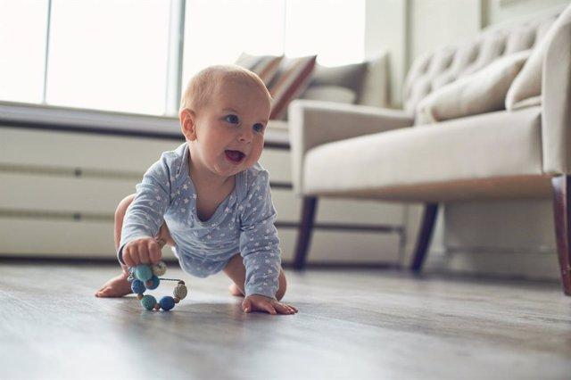 Bebé gateando en casa