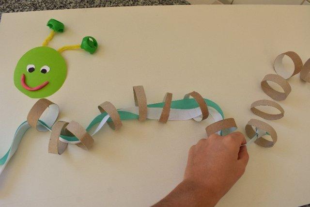 Manualidades educativas para niños: practica con una oruga