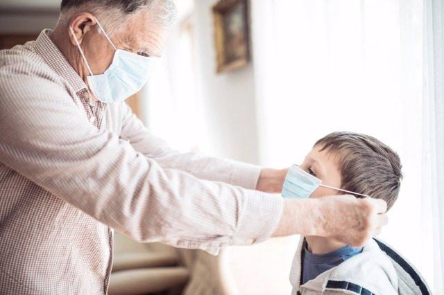 Los abuelos y el cuidado de los nietos seguirán presentes en la vuelta al cole del 2020 marcado por la Covid-19, hay que aprender a cuidar de su salud.