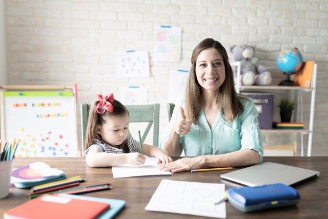 Enseñar en casa a los niños, una opción en auge con el teletrabajo
