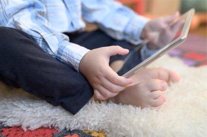 Pegados a las pantallas: este es el tiempo que pasan tus hijos en ellas
