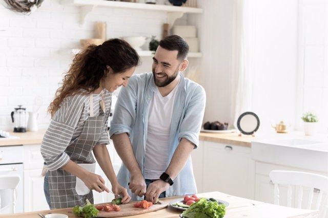Este año San Valentín puede desarrollarse en casa con multitud de planes con los que hacer valer el amor de la pareja,