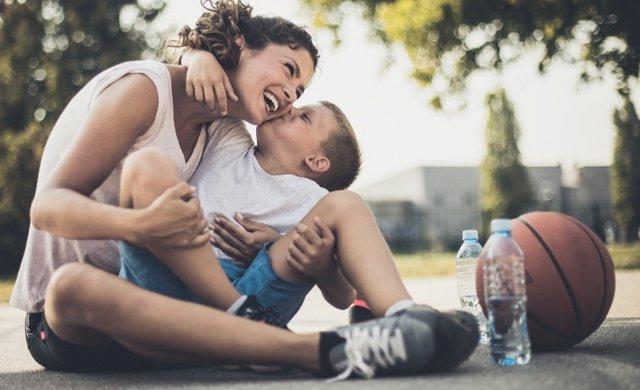 Encuentra tiempo para practicar deporte con tus hijos