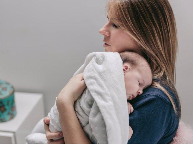 Estar en lo brazos de los padres es el mejor calmante para los hijos y para los padres.