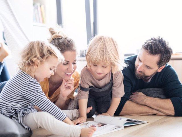 La lectura de cuentos en familia tiene grandes beneficios para los niños.