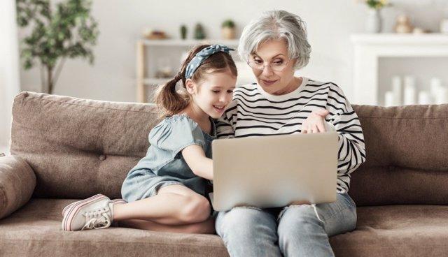 Los abuelos pueden encontrar muchos beneficios usando Internet