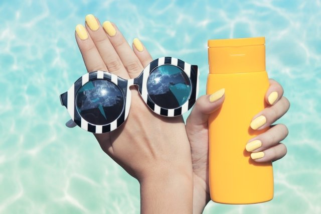 El cloro, la arena, la sal... Protege tus uñas en verano