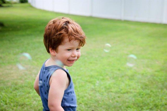 Ventajas del césped artificial para los hogares con niños