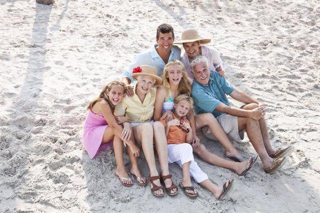 Archivo - El palcer de volver a reunirse con la familia
