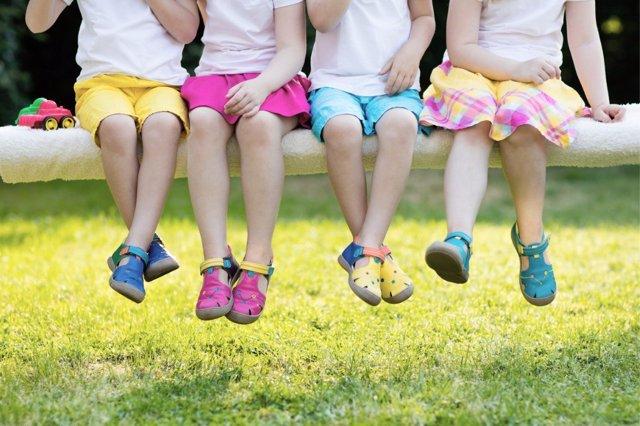 Los errores que debes evitar  a la hora de cuidar los pies de tus hijos en verano.