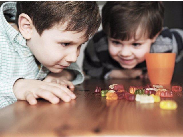 Descubre cómo enseñar a tus hijos un consumo responsable de golosinas.
