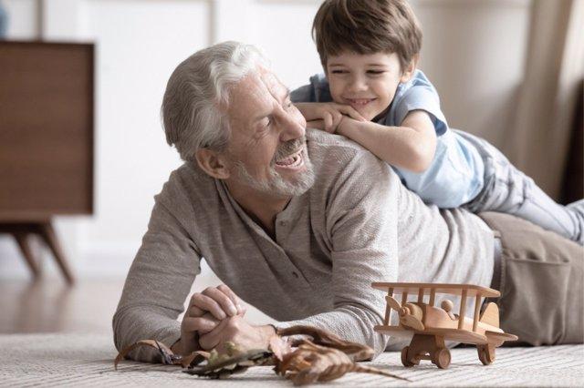 Los abuelos siguen ayudando a que los hogares funcionen