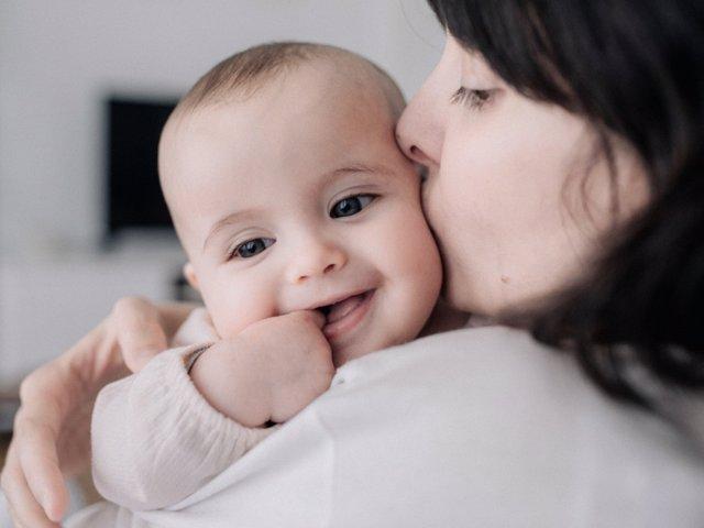 La inteligencia emocional puede empezar a desarrollarse en los bebés.