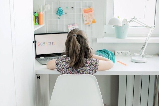 Ideas para situar y colocar la mesa de estudio de los niños en su habitación