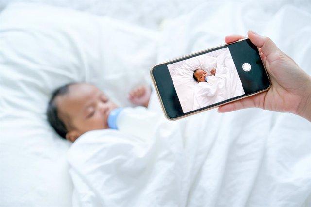 Archivo - ¿Dónde Está Límite Al Subir Fotos De Los Hijos A Las Redes Sociales?